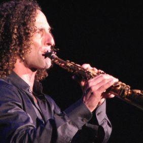 Outro ídolo que se apresenta, é o músico Kenny G, onde o Sargento Leonardo é um grande fã. A Banda Vitalina Corrêa é movida pelo sonho de poder acompanhar o músico em uma apresentação.
